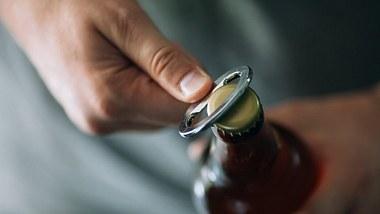Jeder dritte Erwachsene trinkt mehr Alkohol als vor Corona - Foto: iStock/agrobacter