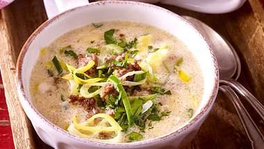Käse-Lauch-Suppe mit Hackfleisch - dank dieses Rezepts kannst du richtig schlemmen! - Foto: Food & Foto Experts