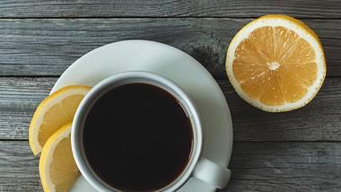 Kaffee mit Zitrone ist ein gutes Hausmittel zum Abnehmen, gegen Kopfschmerzen und für eine straffe Haut. - Foto: iStock/ Nadya So