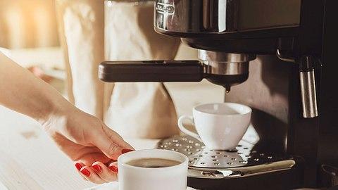 Kaffeemaschine entkalken- Mit diesen Küchentricks klappt die Reinigung - Foto: nata_zhekova/iStock