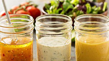 Salatdressing kann zur Kalorienfalle werden. - Foto: iStock/VeselovaElena