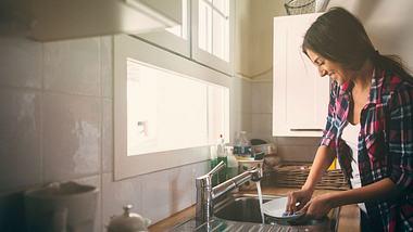 So hoch ist der Kalorienverbrauch bei der Hausarbeit - Foto: iStock