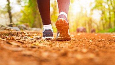 Kalorienverbrauch: Spazieren gehen hilf dir beim Abnehmen - Foto: eternalcreative/iStock