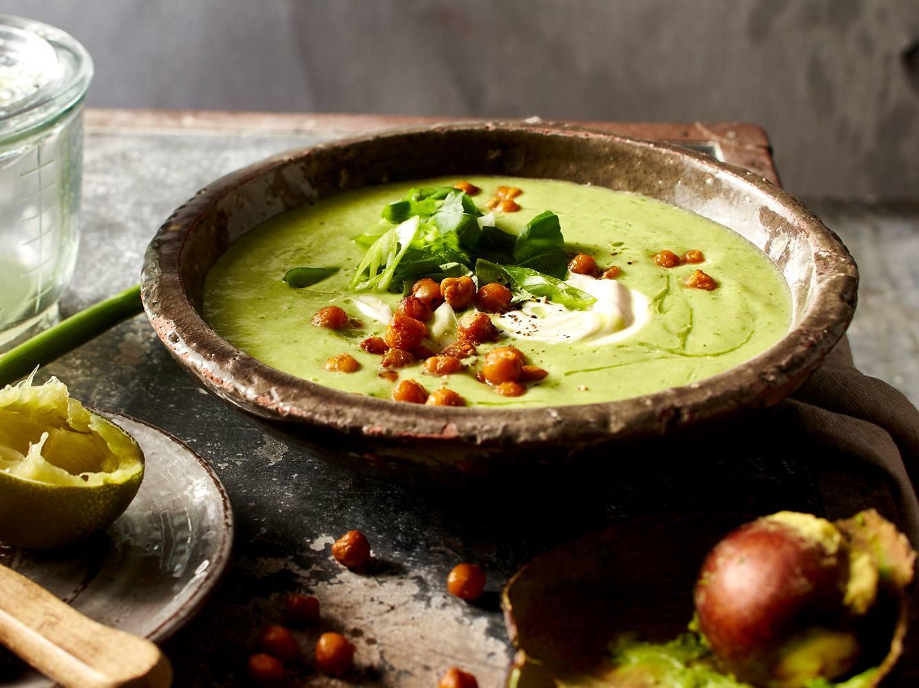 Diese kalte Gemüsesuppe ist nicht nur durch das Kichererbsentopping ein Genuss.