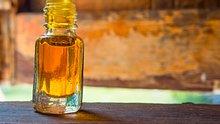 Kampferöl hat eine heilsame Wirkung und starke Nebenwirkungen, auch in der Schwangerschaft - Foto: Monrudee/iStock