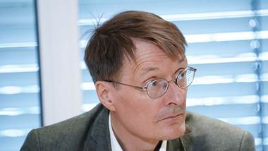 karl-lauterbach-warnt-vor-massenexperiment-an-kindern - Foto: IMAGO / Political-Moments