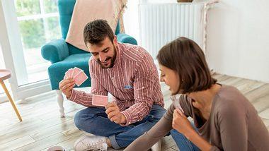 Paar spielt Kartenspiele zu zweit - Foto: iStock/vladans