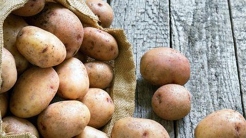 Kartoffeln im Leinensack - Foto: Dzurag/iStock