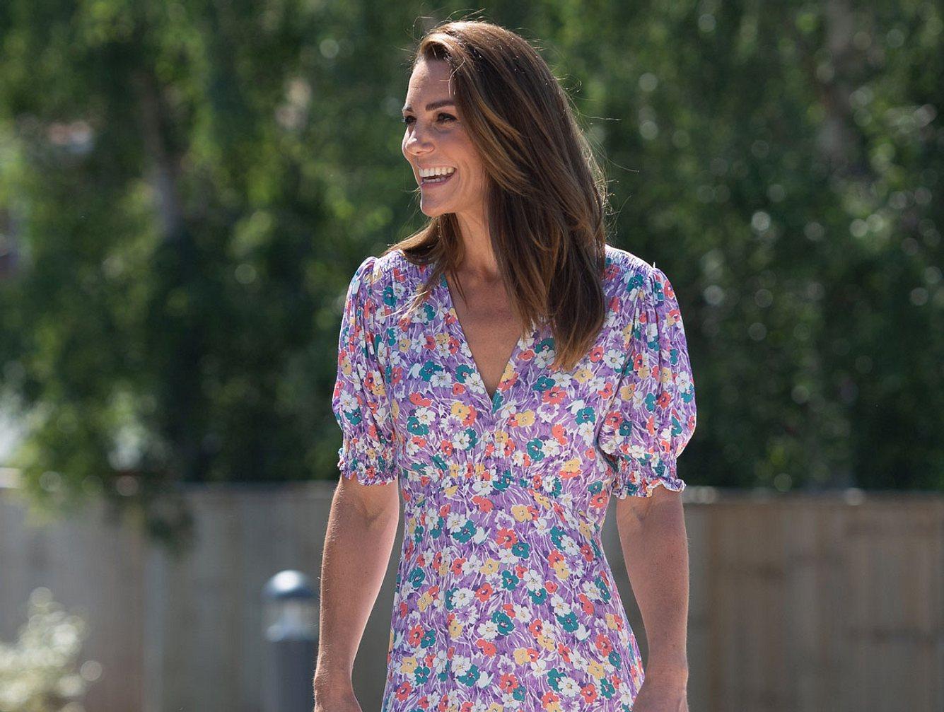 Kate Middleton im Blumen-Kleid bei einem Auftritt