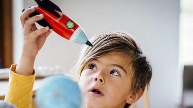 Alleine spielen: Darum es für die Entwicklung von Kindern so wichtig - Foto: iStock // SolStock