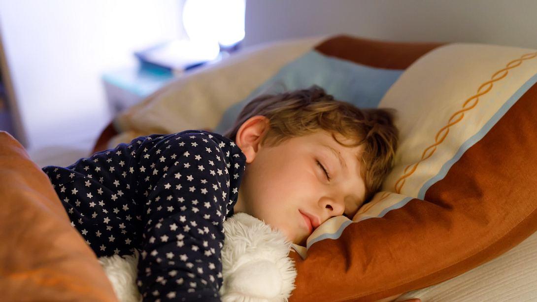 Kind schlafen - Foto: iStock/romrodinka