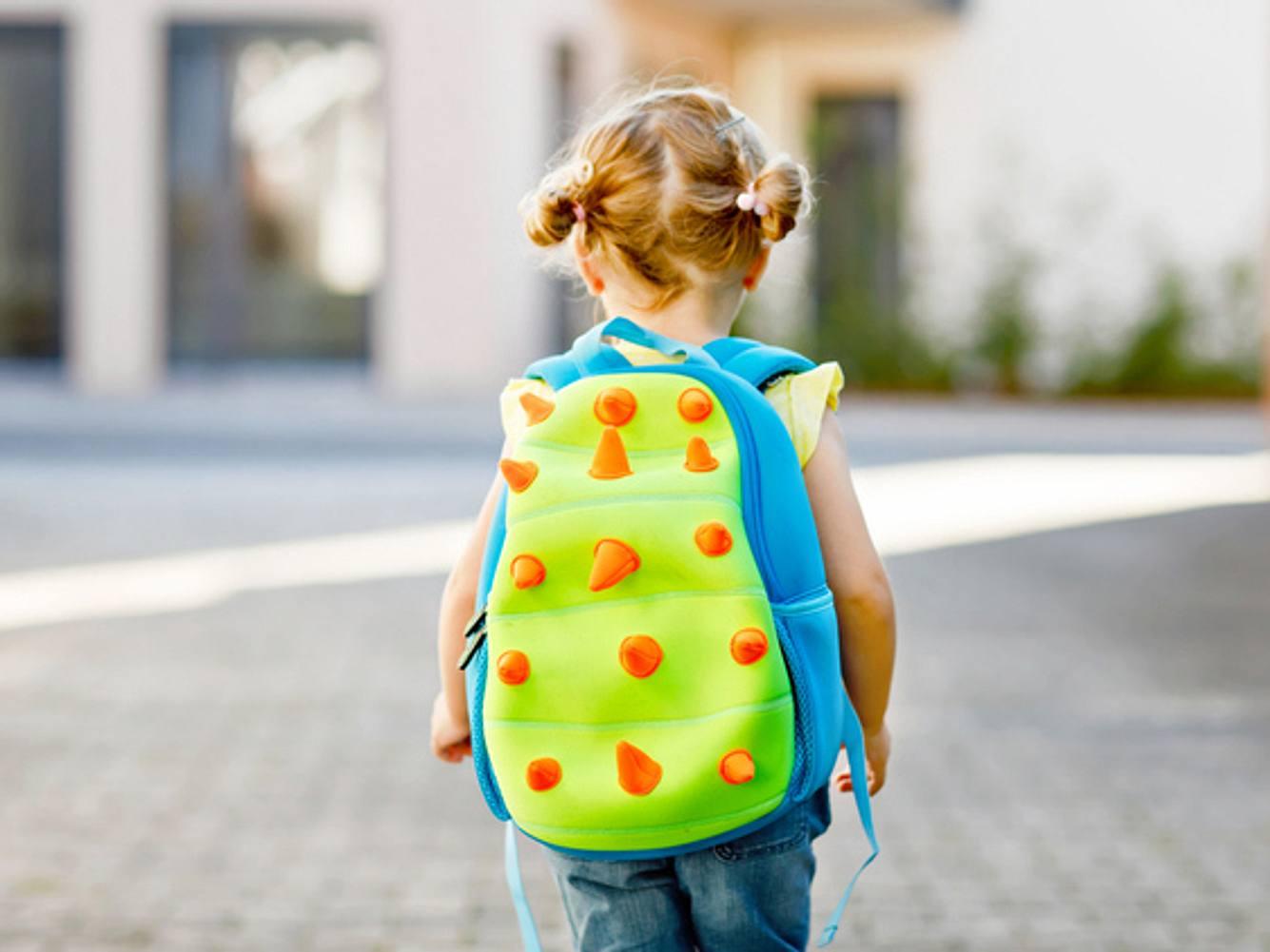 Mädchen mit Kindergartenrucksack