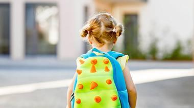 Mädchen mit Kindergartenrucksack - Foto: iStock/romrodinka