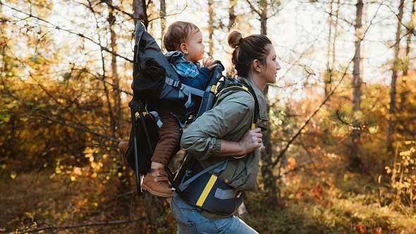 Mit Kinderfrauen sind Klein und Groß gut unterwegs - Foto: iStock/ AleksandarNakic