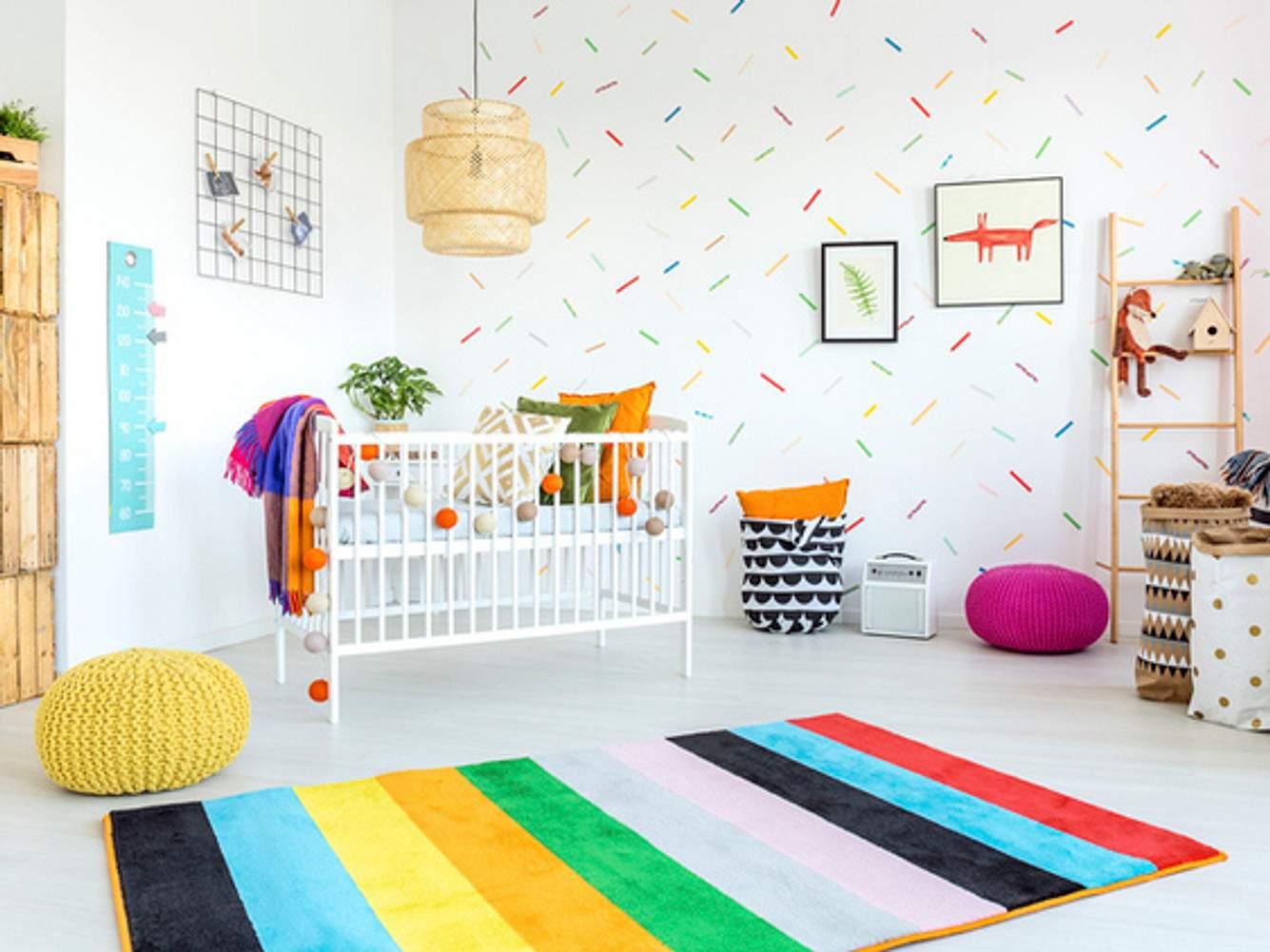 Bunter Kinderteppich im Kinderzimmer