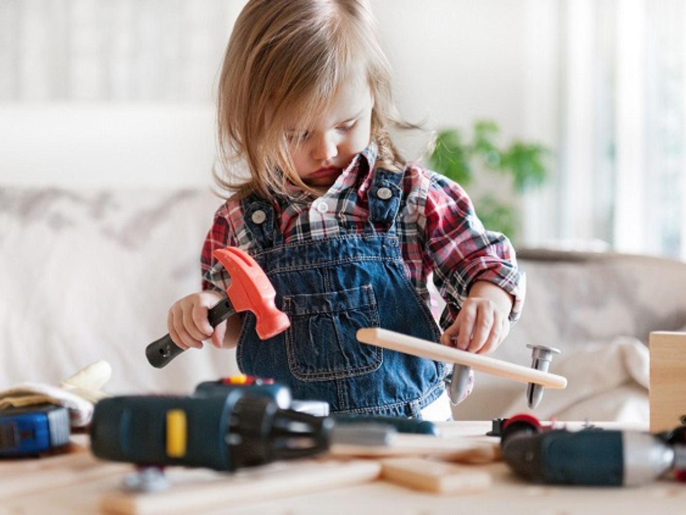 Kind spielt mit Kinderwerkbank