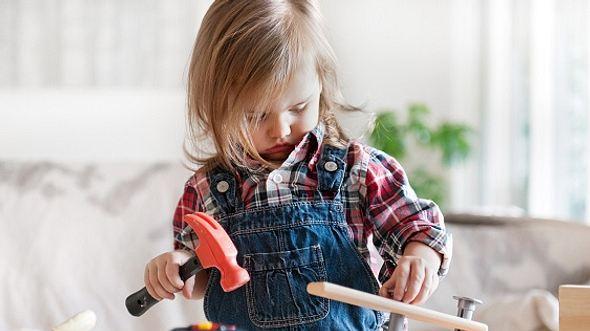 Kind spielt mit Kinderwerkbank - Foto: iStock/lisegagne