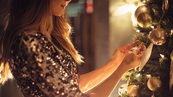 Kleider zu Weihnachten: So stylst du dich schlank und festlich mit tollen Kleidern - Foto: iStock