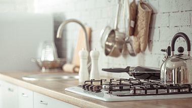 Zeile in einer kleinen Küche - Foto: iStock/puhimec