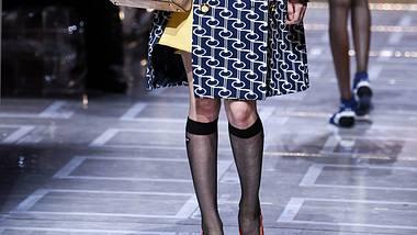 Kniestrümpfe sind ein perfekter Herbst/Winter-Begleiter: So kombinierst du den Modetrend 2019/2020 besonders schön! - Foto: Getty Images / Yanshan Zhang