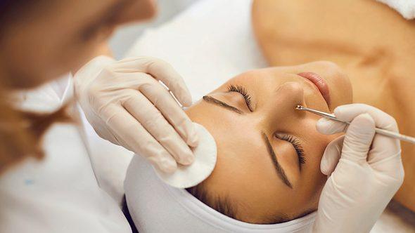 Hautunreinheiten entfernen mit Komedonenquetscher - Foto: iStock/ Lacheev