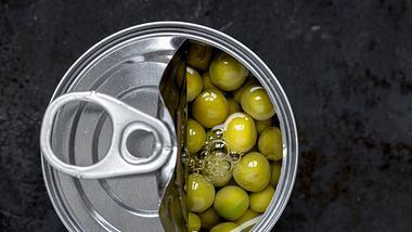 Lebensmittel sollten nicht in geöffneten Konservendosen gelagert werden. - Foto: iStock
