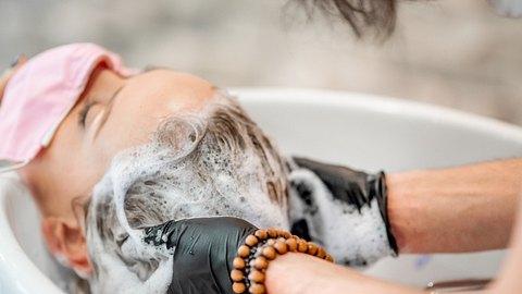 Kopfhautpeelig: Diese Beauty-Anwendung solltest du im Winter ausprobieren! - Foto: CasarsaGuru/iStock