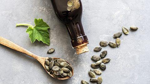 Kürbiskernöl ist gesund und hat eine vielfältige Verwendung - Foto: Sonja Rachbauer/iStock