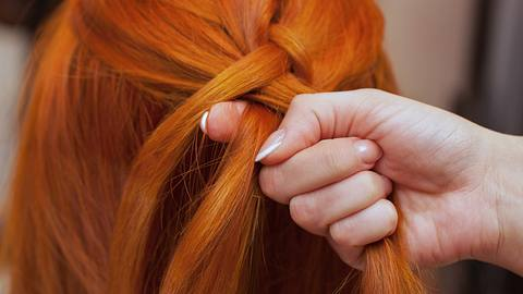 Kurze Haare können auch geflochten werden, wir zeigen wie! - Foto: iStock/dimid_86