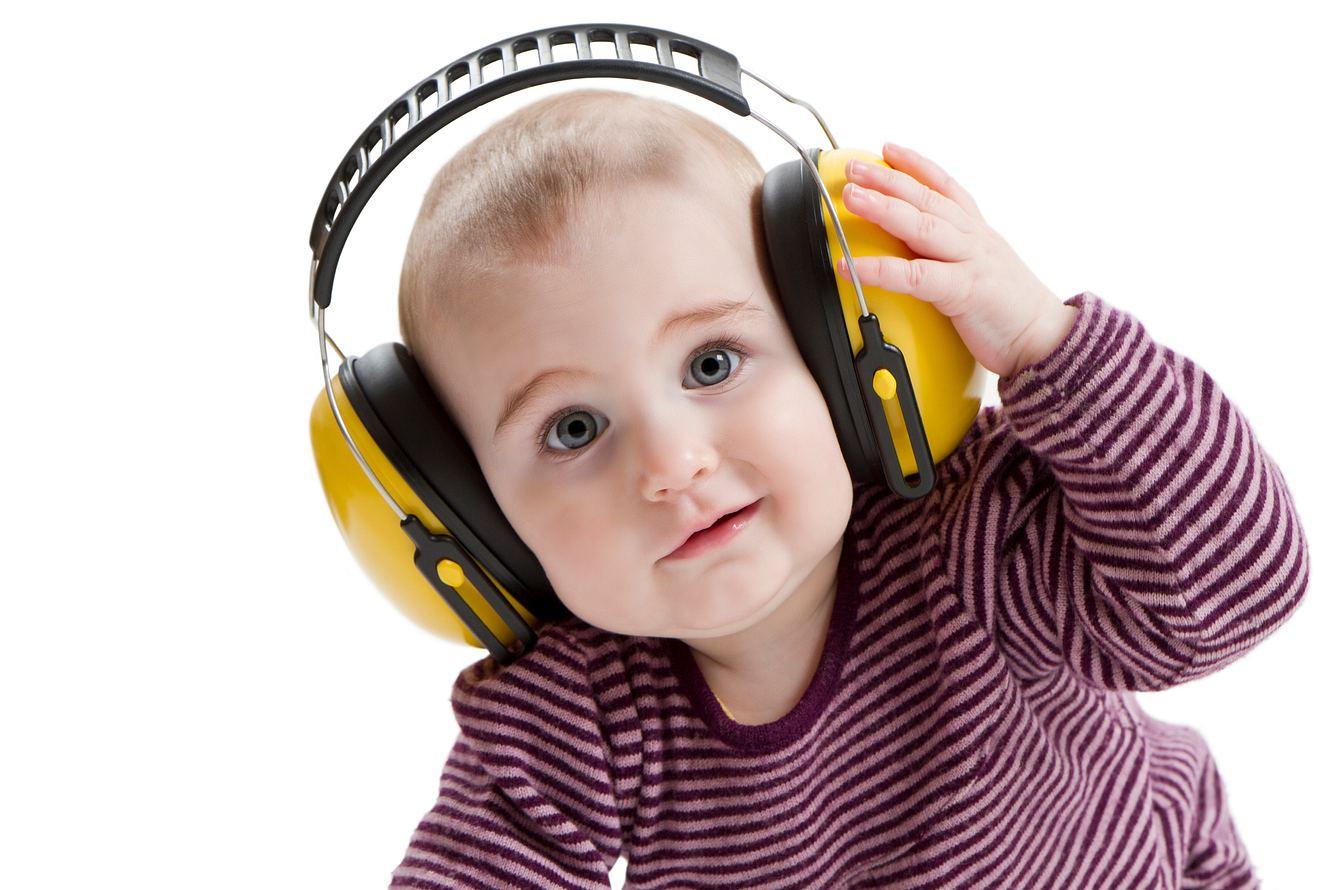 Baby mit Lärmschutz