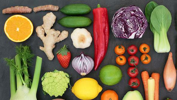 Flacher Bauch in kürzester Zeit? Mit den richtigen Lebensmitteln klappt es! - Foto: marilyna / iStock