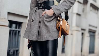 Leder-Leggings sind wahre Kombinationswunder! Diese Outfits sind stylisch, trendy und perfekt für fast jeden Anlass. - Foto: Getty Images / Melodie Jeng