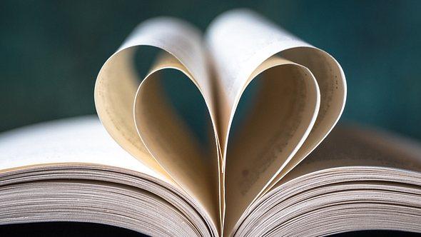 Buch mit Liebesgeschichten - Foto: iStock/Michelle Lee Photography
