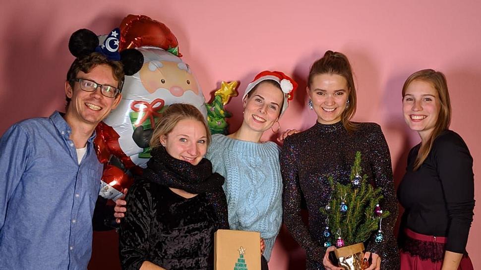 Wir von der Wunderweib-Redaktion wünschen frohe Weihnachten und verraten, wie wir das Fest feiern und was wir dabei am liebsten tragen. - Foto: Wunderweib-Redaktion