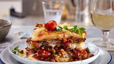 Linsen-Moussaka ist die vegetarische Antwort auf das Original mit Hackfleisch. - Foto: House of Food / Bauer Food Experts KG