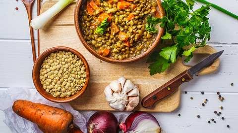 Unsere Linseneintöpfe stecken voller Gemüse und sind himmlisch lecker. - Foto: vaaseenaa/iStock