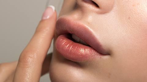 Lip Blushing: Dieser Trend sorgt ohne Botox und Hyaluron für volle Lippen! - Foto: svetikd/iStock