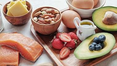 Den Plan für deine Low Carb Diät findest du hier! - Foto: iStock/ThitareeSarmkasat