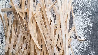 Low Carb Nudeln kannst du ganz leicht selber machen. - Foto: Roxiller/iStock