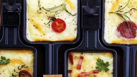 Raclette lässt sich ganz einfach low carb zubereiten! - Foto: iStock / beats3