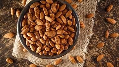 Mandeln sind gesund und du kannst mit ihnen sehr gut Kalorien sparen und abnehmen! Wir verraten, wie es geht. - Foto: LindasPhotography / iStock