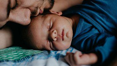 Als Mann in Elternzeit - heute und vor 25 Jahren. Zwei Väter berichten. - Foto: iStock / Anchiy