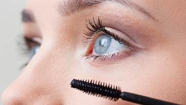 Diese Mascara macht deine Wimpern wirklich viel dichter - Foto: Istock
