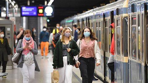 In Berlin kann ein Verstoß gegen die Maskenpflicht richtig teuer werden. - Foto: imago images / Sven Simon
