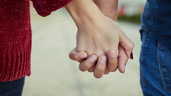 Liebeserklärungen können etwas ganz Besonderes sein. - Foto: PeopleImages/istock