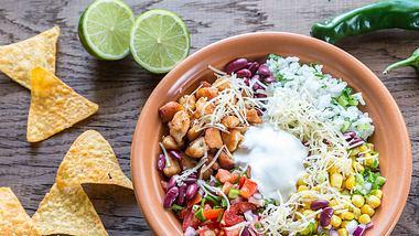 Mexikanischer Schichtsalat passt zu jeder Grillparty. - Foto: iStock/AlexPro9500