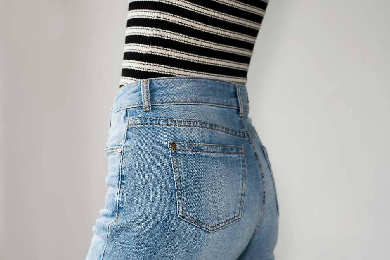 Momjeans: Diese Jeans zaubert einen flachen Bauch