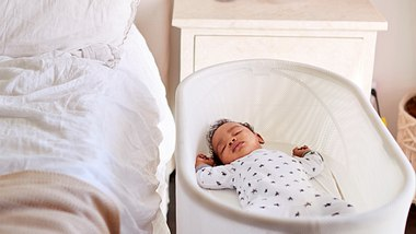 Schlafendes Baby in seinem Moseskorb - Foto: iStock / monkeybusinessimages