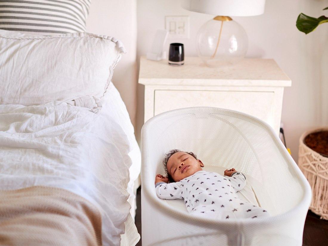 Schlafendes Baby in seinem Moseskorb
