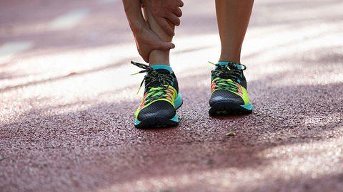 Eine Knochenhautentzündung im Schienbein stellt den Halbmarathon von Mareike auf die Kippe. - Foto: iStock / lzf